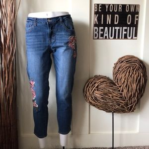 Kensie Jeans cropped w/embroidered floral design